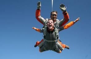 Saut en parachute à Saint Girons dans le Parc Naturel Régional des Pyrénées ariégeoises