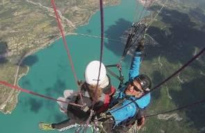 Vol en Parapente face au lac de Serre-Ponçon près d'Embrun