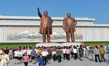 Corée du Nord - statues des deux dirigeants de la Corée du Nord Kim Il-Sung et Kim Jong-Il.